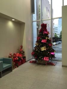 本社入口クリスマスツリー
